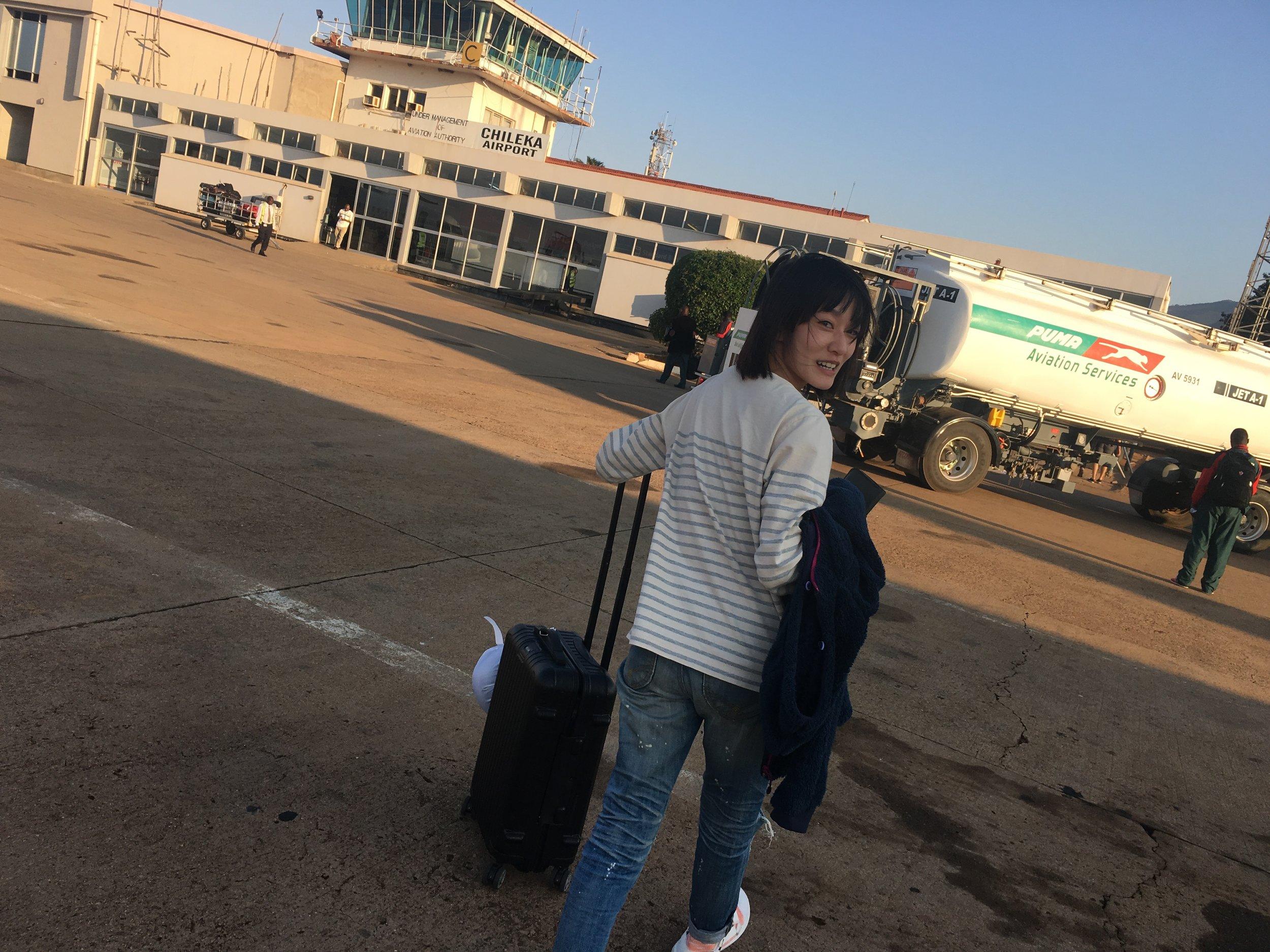 像是福利社大小一般一切人工,簡陋但有種幽默溫馨的機場  人可以自由進出海關幫忙提領行李,協助報到也是很奇妙。
