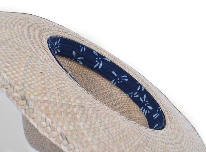 完整考究阿里山陵線的 Mountain Hat 在藺草線狀交錯編織下 紮實顯現溫潤台灣本質 立體帽形戴上後 隨著不同角度的亮光、陰影面 產生像山峰樣貌般的莫測變化 可拆卸內裏設計讓帽子方便清洗保養 使用蜻蜓圖案藍染布與草帽夏天氣氛融合 包裝方面特別製作阿里山等高線束口袋 平時防塵收藏也能成為裝飾 整頂散發出的自然藺草香氣 保存每個人心中單純的美好記憶。