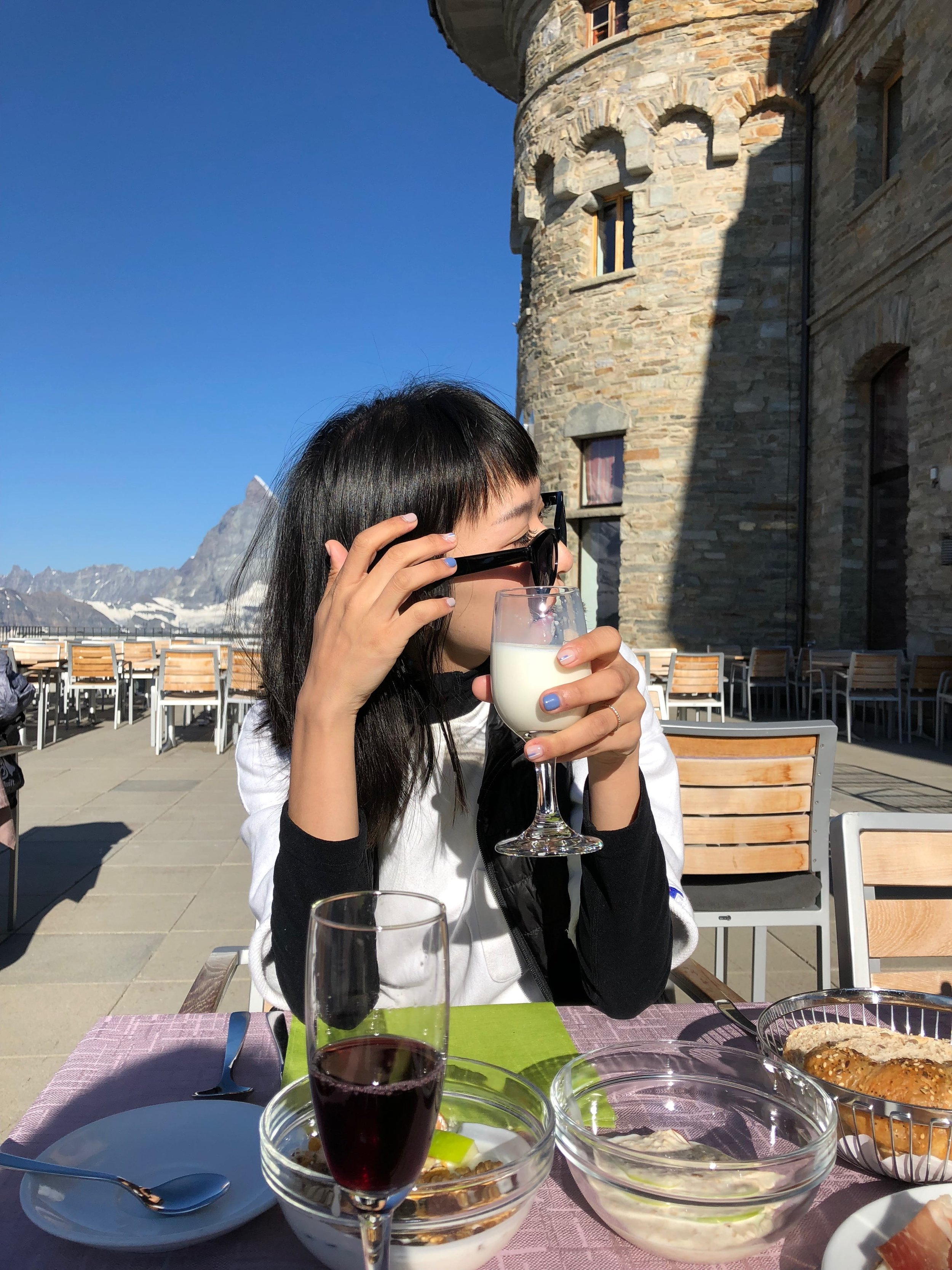 務必在陽光下享受四面冰河環繞的用餐體驗
