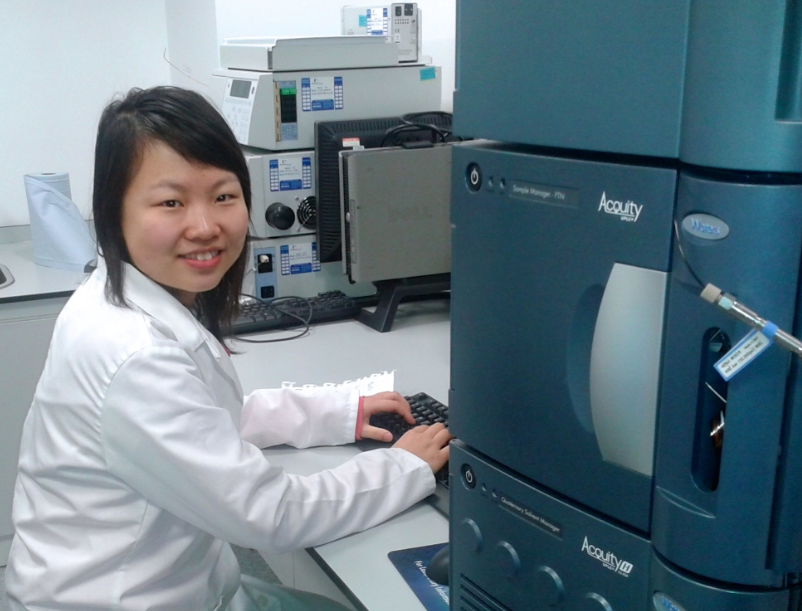 Jing using the uHPLC at the Centre for Textile Conservation