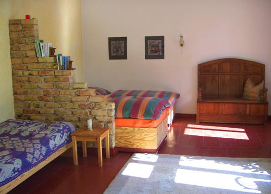 Unterkunft - Für die Unterbringung gibt es folgende Möglichkeiten:1 Einbettzimmer, 1 Zweibettzimmer, 2 Schlafnischen mit jeweils 2 Matratzen, 1 Dreibettzimmer.Es gibt 3 Badezimmer, 1 Gartendusche und 1 Wassertoilette.Die Teilnehmerzahl begrenzt sich auf 10 Personen.