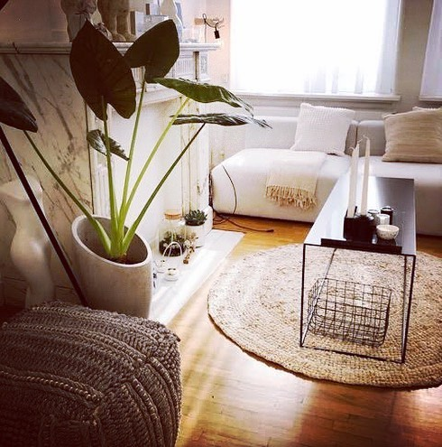 Happy clients make us happy too! This pretty rug  from the bird nest collection from our workshop in India is matching perfectly in this well styled livingroom by @carole_daems ❤️ We only have a couple of these beauties left. If you're interested, please DM for more info.