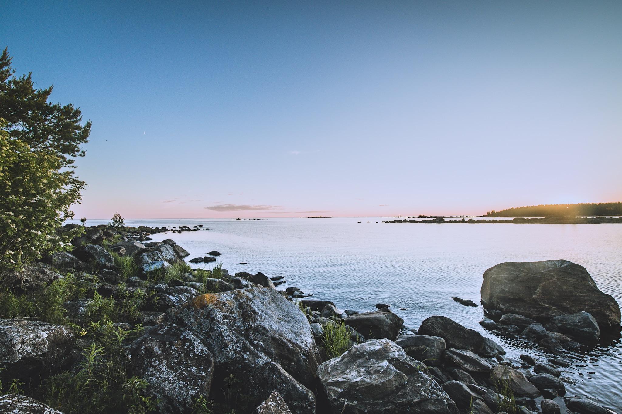 Illan maisemia saaresta. Viereisen luodon tiirat olivat ärhäkkänä kun meloin ohi, mutta rauhoittuivat kun pääsin saaren rantaan.