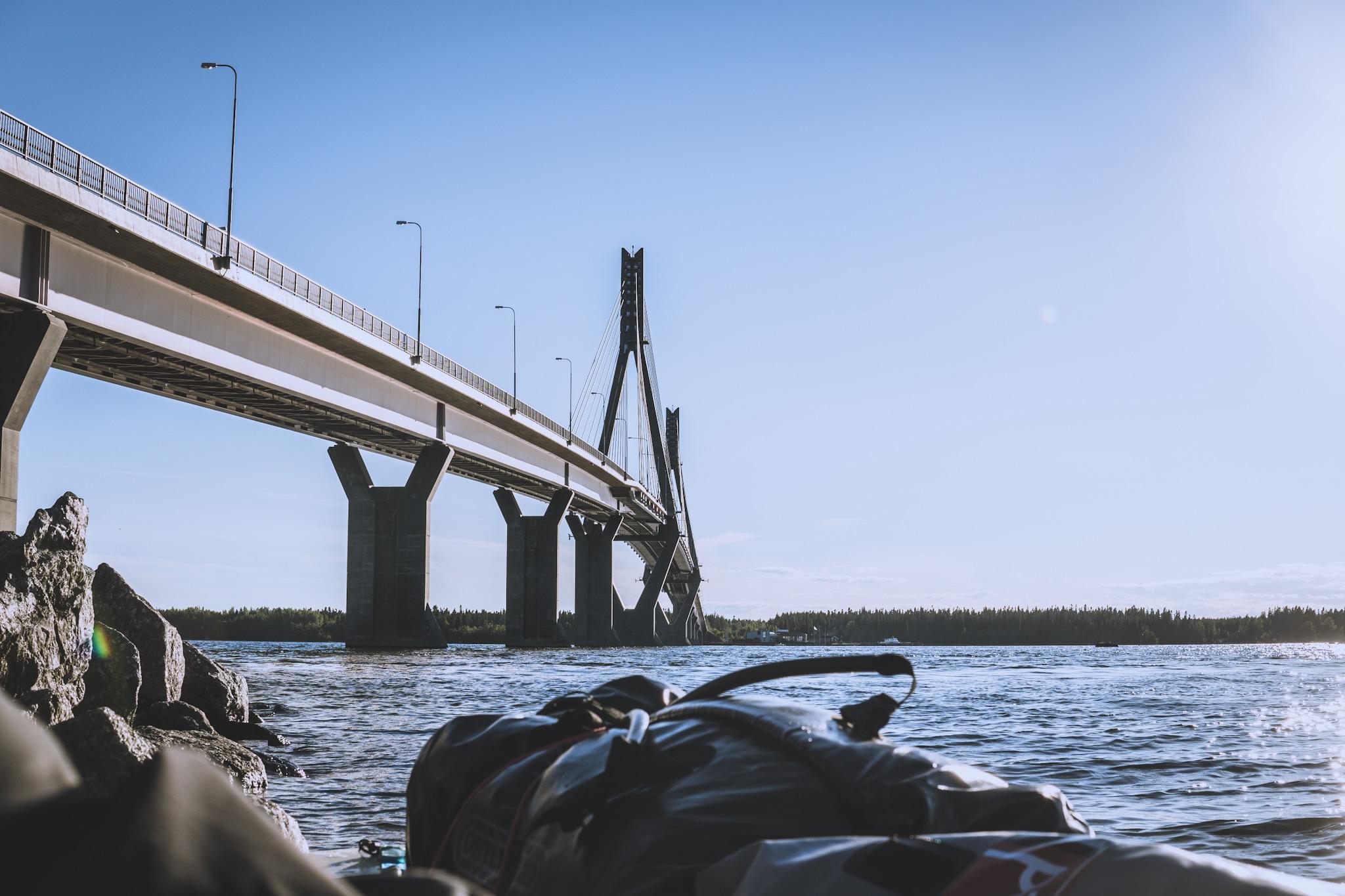 Tauolla sillan kupeessa. Kuvaaminen oli hankalaa, koska sillan alla oli todella kova virtaus.