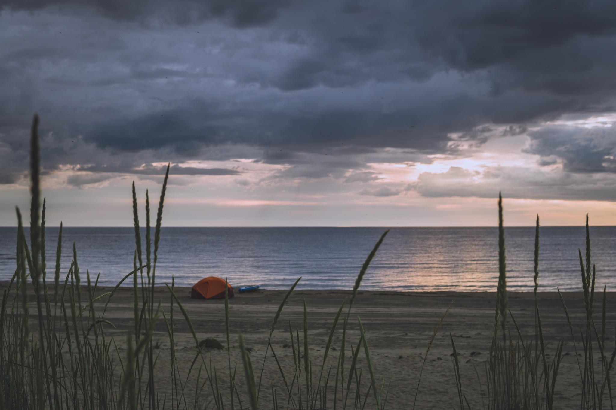 Rauhassa sai olla autiolla rannalla.