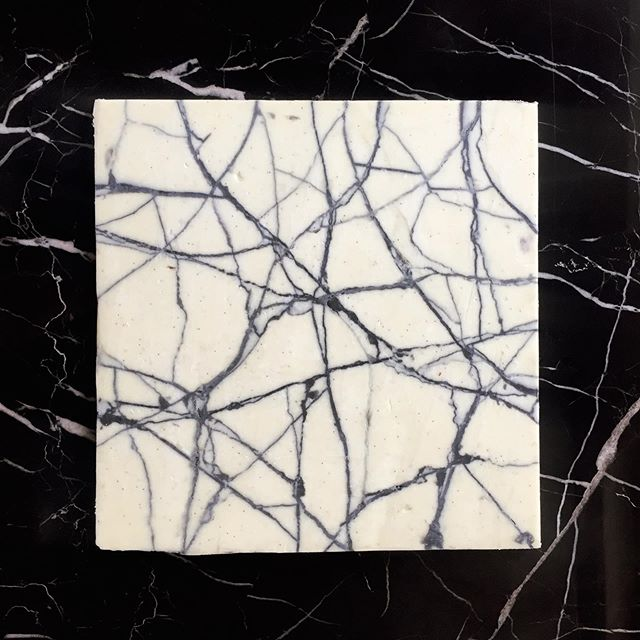 Cracked white vanilla and charcoal chocolate. The black marble in the background is actual marble. . . . . . . . . . . . #KUFstudios #KUFcakes #brikchocolate #marblechocolate #brik #charcoal #marble #foodporn #fooddesign #kiautzonfrank #bespoke #chocolatedesign #weddinggift #wedding