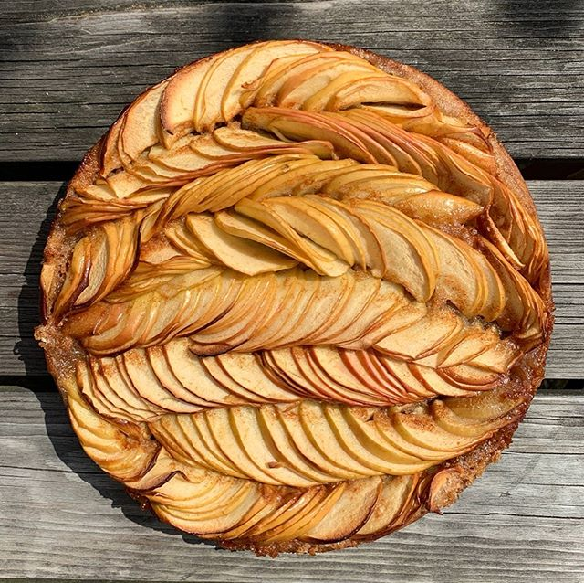 Summer holidays call for cake making with my 7yo niece. We've been baking since she was 2. She picks a cake and we make it together - this time we found inspiration for our apple cake with @lokokitchen. . . . . . . . . #KUFstudios #KUFcakes #applecake #applepie #summercake #foodporn #fooddesign #patterns #kiautzonfrank