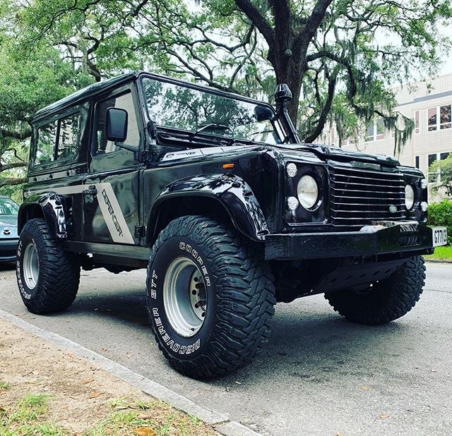 Had to wait for the temps to drop 85 before taking the Defender for a ride downtown Savannah. • • • • #savannahgeorgia #landroverdefender #defender90 #landrover