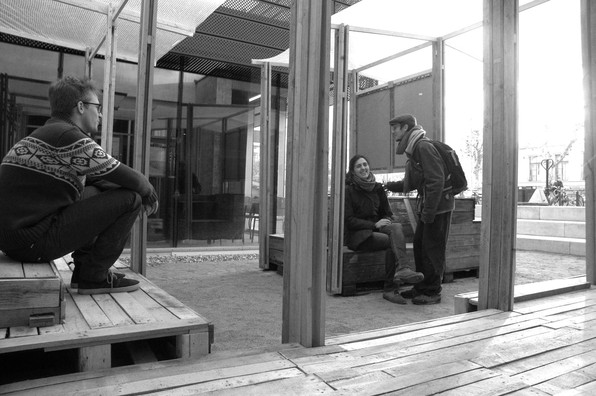 Espace de rencontre et de discussion sur le parvis de l'INSA