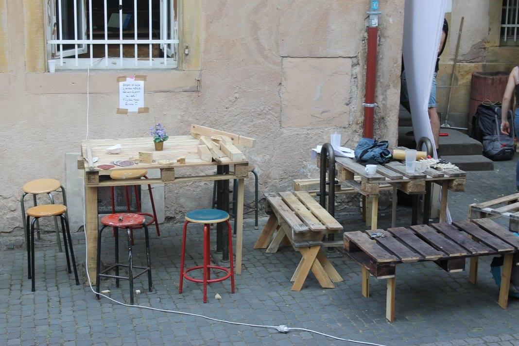 Premiers prototypes; bancs et tables en palettes (et sur les arceaux de vélo)