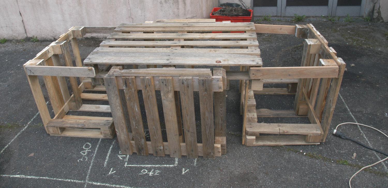 Pré-assemblage des palettes de récupération trouvées sur le site de l'ancienne usine