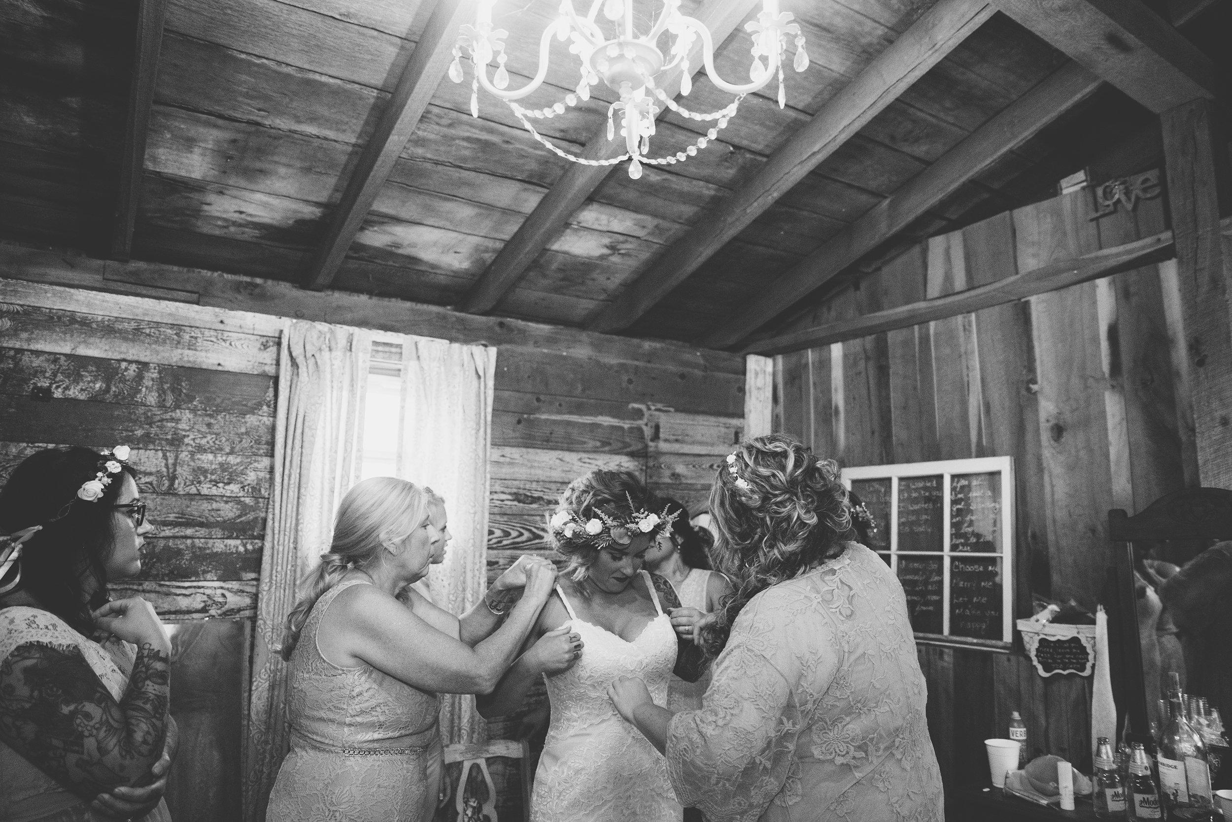 bride getting ready at columbus ohio wedding