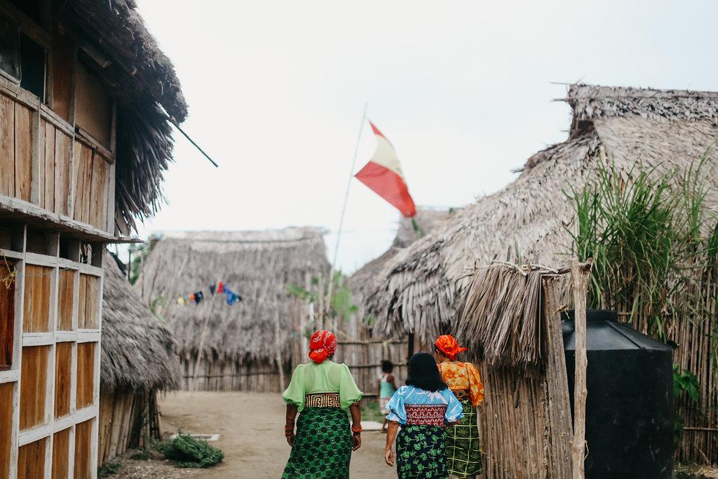 Mujeres caminando en la comunidad de Playón Chico, Foto por  Leygh Allison