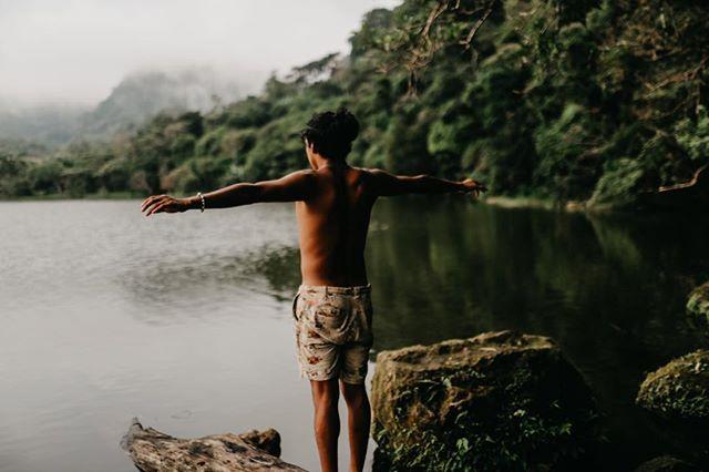 🌳Los árboles nos dan vida 🌲 ojalá lo que esta pasando despierte la conciencia de todos 🐉 y nos demos cuenta qué hay que unirnos para luchar por la tierra 🌎 1️⃣ Podemos empezar disminuyendo nuestro consumo de carne  2️⃣ Di no a los carrizos de plástico 3️⃣ Lleva siempre tu bolsa reutilizable  4️⃣ Infórmate de cómo está tu huella de carbono 💨mándame un DM y te ayudo a calcularla 📸 foto de @leyghphoto en #SanCaos #climatechange #yoga #lake #climatewarrior #prayfortheamazon #visitpanama #stopplasticwaste #zerowaste