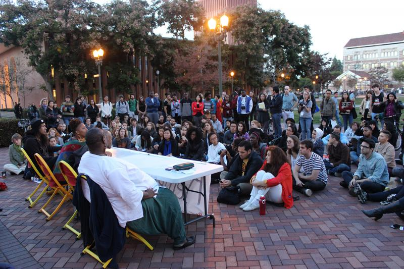 Students and community members gather outside Doheny Library. (Rebecca Gibian/Neon Tommy)