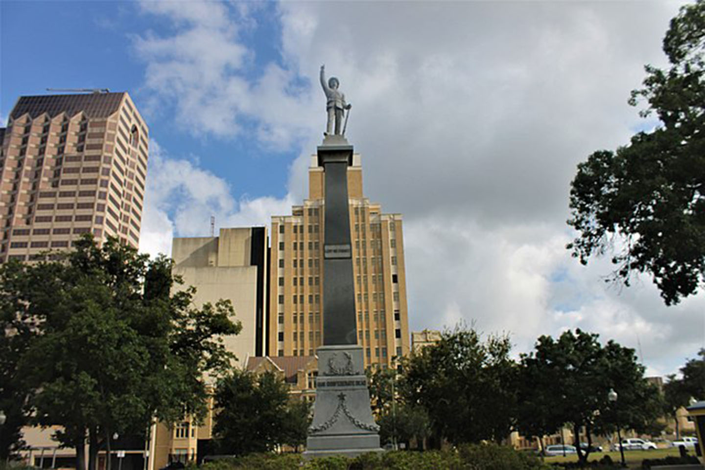 A statue in Travis Park, San Antonio, Texas. The statue was taken down on Sept. 1. (Wikimedia Commons).