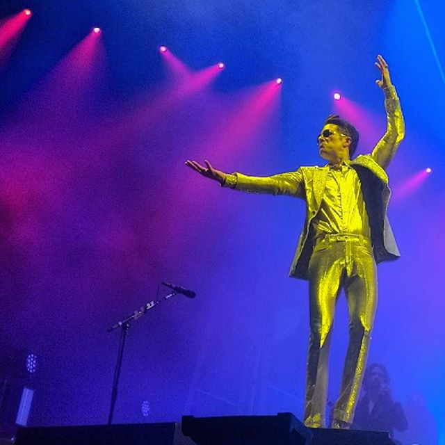 The emotion it was electric.And the stars, they all aligned. . . . . #icantstay#dayandage#wonderfulwonderful#blessed#vacation#theman#brandonflowers#goldsuit#thekillers#sandiego#valleyviewcasino#google#pixel2#photography#vida