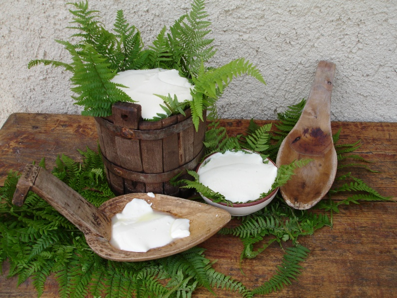 Felciata  in the traditional presentation in either ceramic bowls or mulberry buckets with the  felci  (ferns). The large spoons, called the  cocchiera, are what they used to scoop the curd once it set.