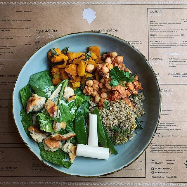 Plato de ensaladas del día.  Selección del lunes: 1. Ensalada César + crutones rústicos. 2. Quinua, cilantro + pistachos. 3. Ragú (veggie) de garbanzos. 4. Ahuyama a la parrilla con cúrcuma + hojas de salvia. 5. Palmitos & guisantes crocantes. #healthyfood #vegetales #vegetarian #eattherainbow #saladbar #ensaladas #veggiebowl #dragonbowl #buddhabowl #getit #eatclean #eeeeeats #noms #Bogotáfood #restaurantesBogotá #ceciskitchen #ceciskBOG #🥗