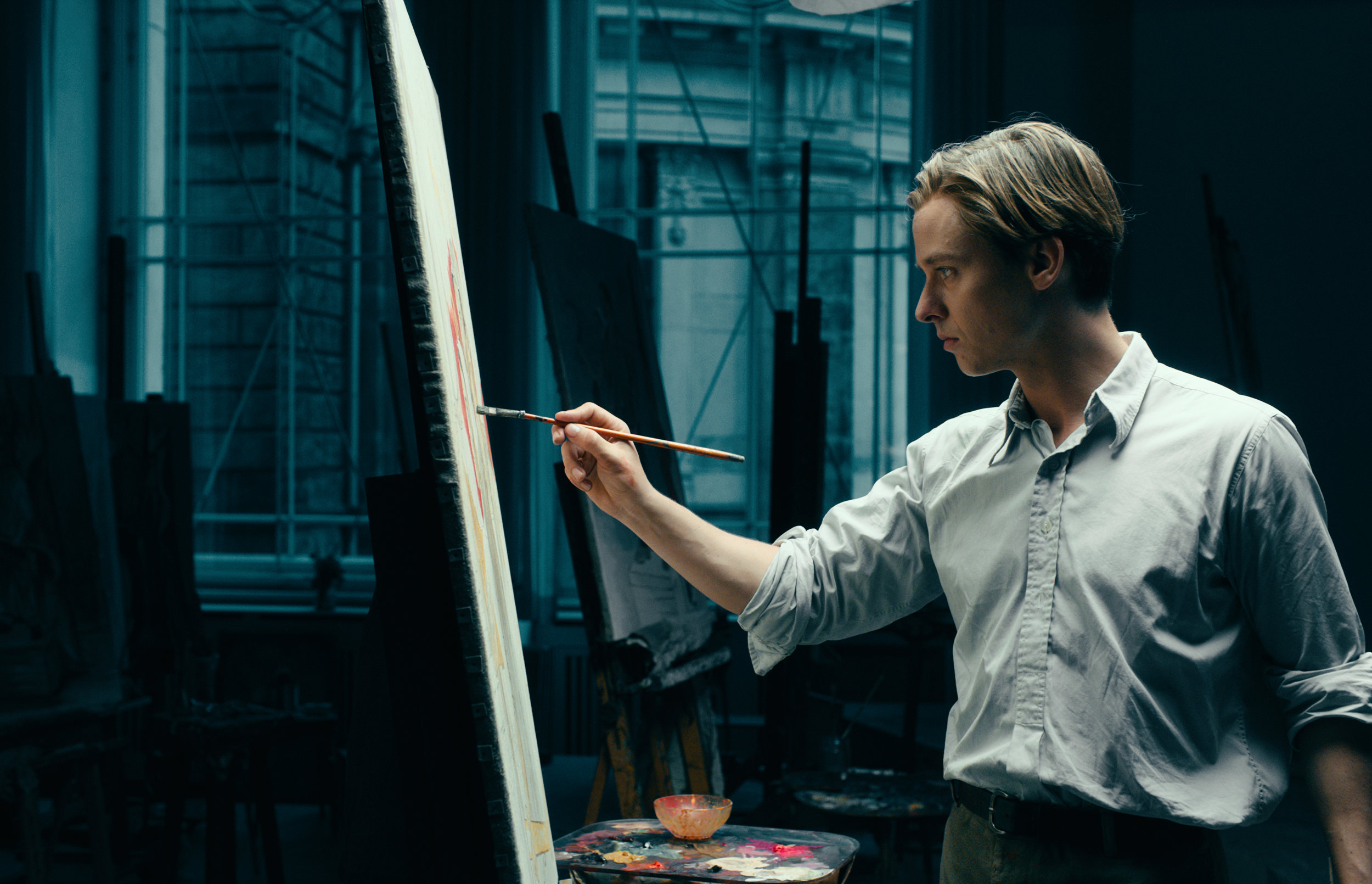 Kurt (Tom Schilling) seeks to exorcise demons of Naziism and Communism through art in Never Look Away
