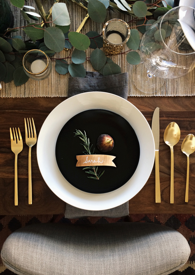 Go bold with your silverware. Switch it up with gold or even black to add contrast to your other table elements.   //source