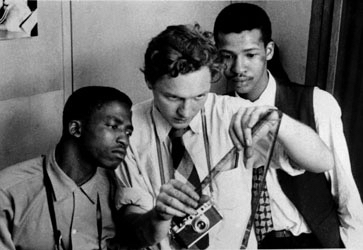 Jurgen Schadeberg (centre), with Peter Magubane and Bob Gosani, look for a good picture.