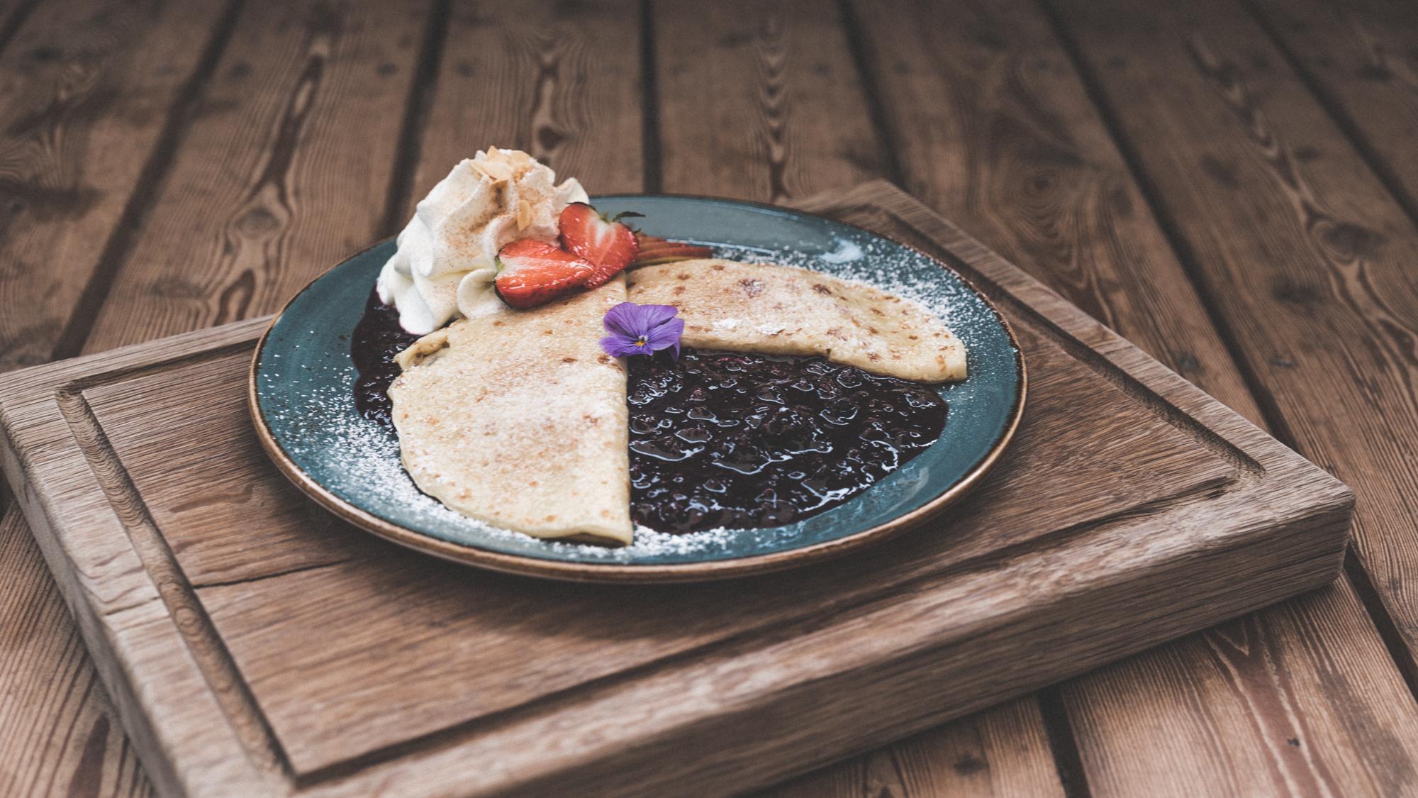 Friesen-Pfannkuchen mit Apfelmus oder roter Grütze und Zimtsahne