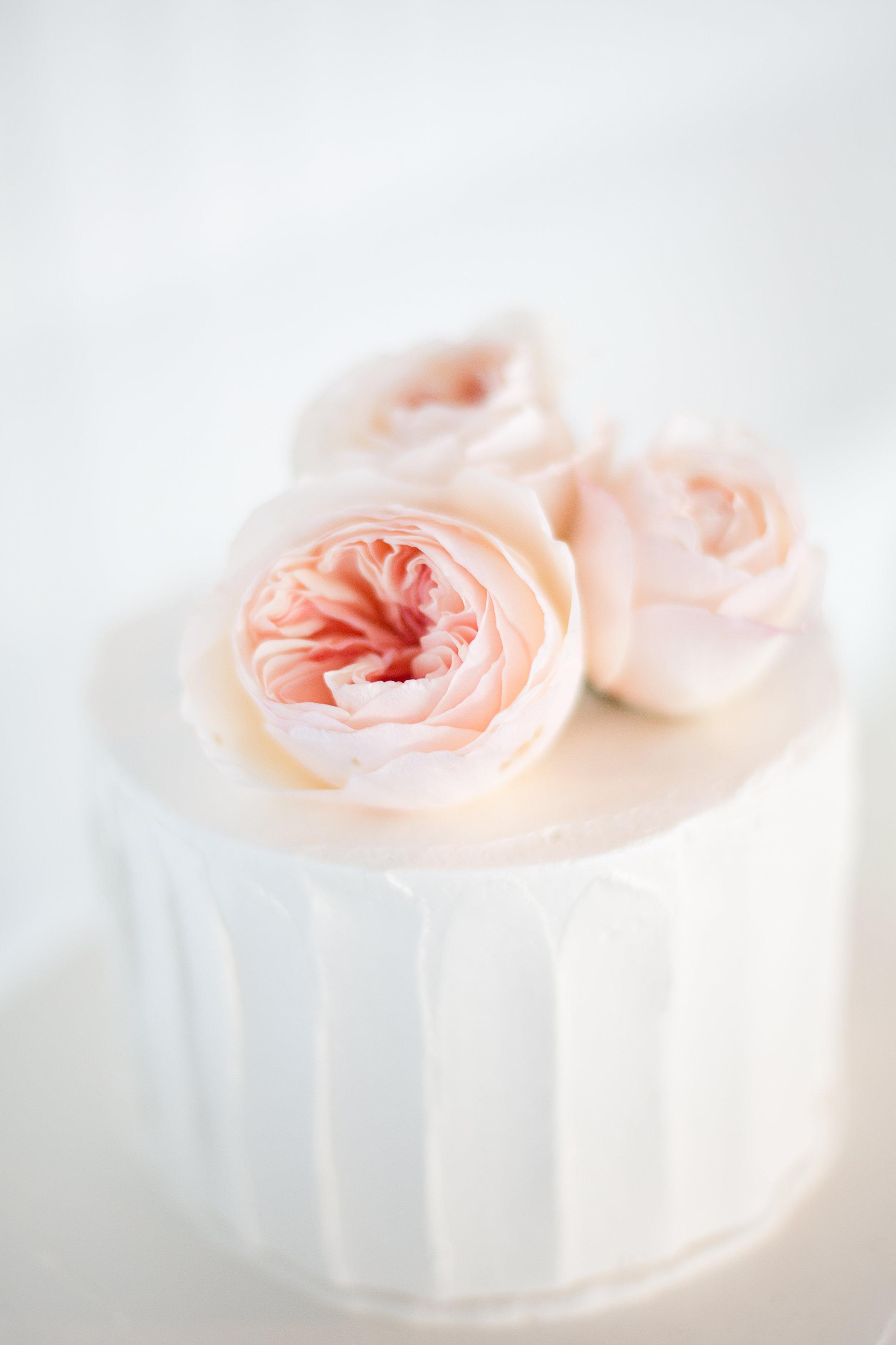 Juliet roses on wedding cake