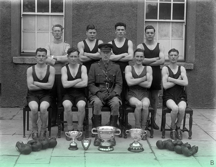 10 марта 1944 г. // Отмеченная наградами армейская боксерская команда в казармах в Уотерфорде, вместе с серебряным инвентарем. Можно было бы предположить, что парень за воротником поло был их тренером.
