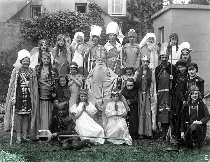 1 июня 1932 г. // Дети в Национальной школе для девочек Св. Иоанна Богослова в Уотерфорде, одетые для спектакля - возможно, что-то вроде святого Патрика - несомненно, этот святой занимает почетное место в этой картине! Хотя немного не по сезону, учитывая летнюю дату.