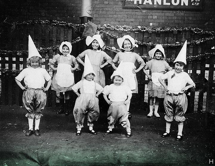 17 марта 1924 г. // Эта счастливая команда - развлечение для детей мисс Форд. Мы знаем, что эта фотография была сделана в Дублине (возможно, недалеко от Смитфилда) в День Святого Патрика.