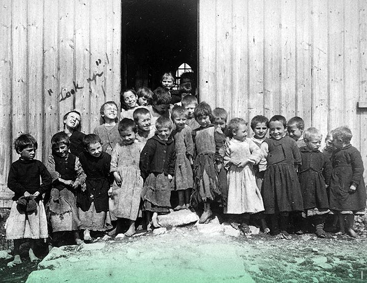 Около 1892 г. // Мальчики у школы в Коннемаре. Предположительно, это был фотограф майор Раттледж-Фэйр, который написал «Посмотрите вверх» на этой фотографии, когда понял, что запечатлел двух мальчиков, ухмыляющихся ввысь.
