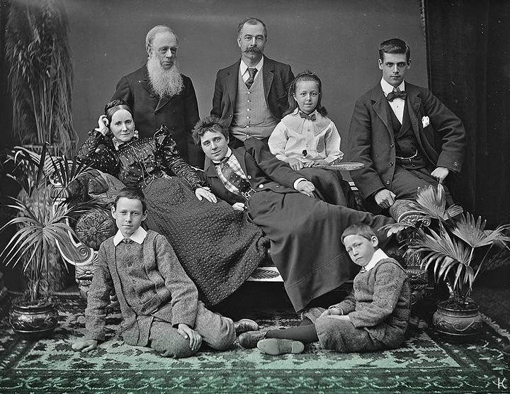 Около 1890 г. // Семейная группа из коллекции Пула в Национальной библиотеке Ирландии.