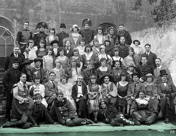 11 декабря 1921 г. // Театральная группа мистера Мюррея, одетая для представления «Сбежавшей девушки», изображенная в задней части мэрии / Королевского театра на торговом центре в Уотерфорде.