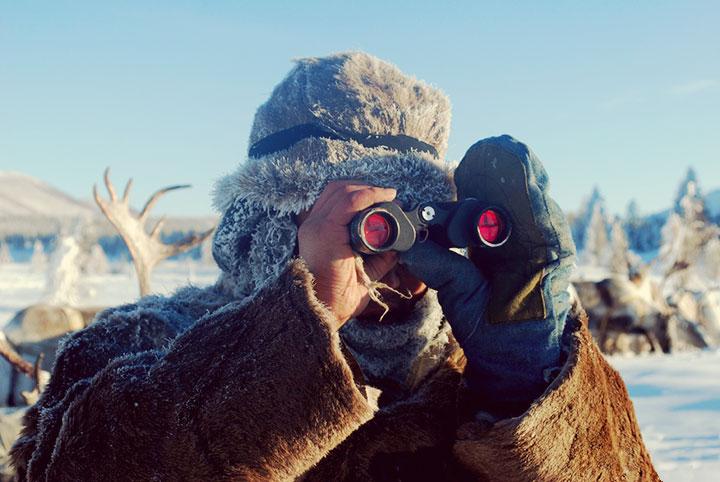 Red-coated binocular lenses reduce glare in bright light