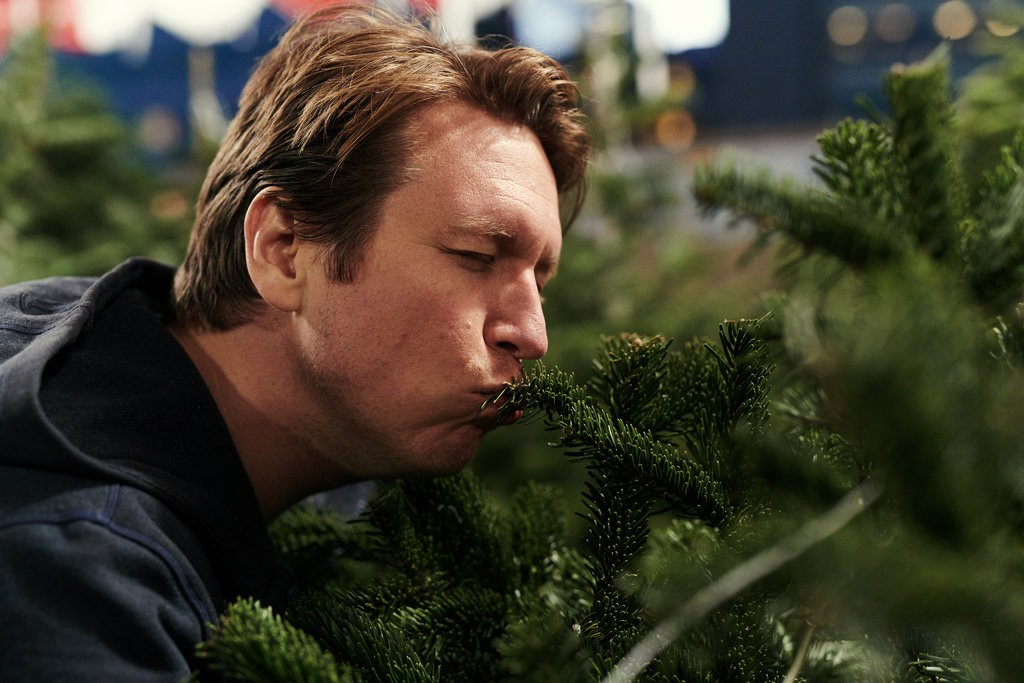 "Jake Michaels/New York Times  PETE HOLMES ON A SPIRITUAL QUEST  Xmas tree shopping and porch chats with the star of HBO's ""Crashing"" for  The New York Times"