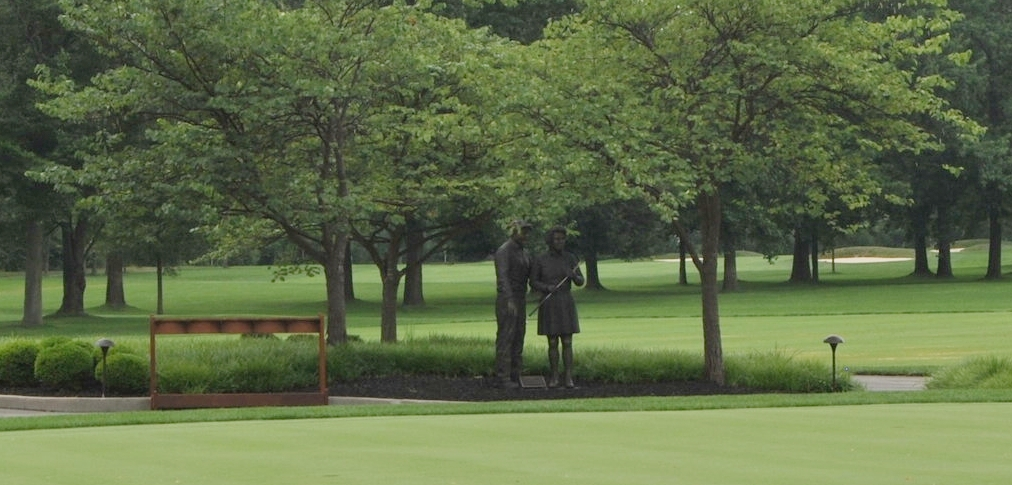 Statue of Pete and Alice Dye at Crooked Stick Golf Club