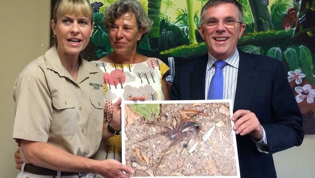 Dr Baehr (centre) with Terri Irwin and an image of Leichhardteus terriirwinae .