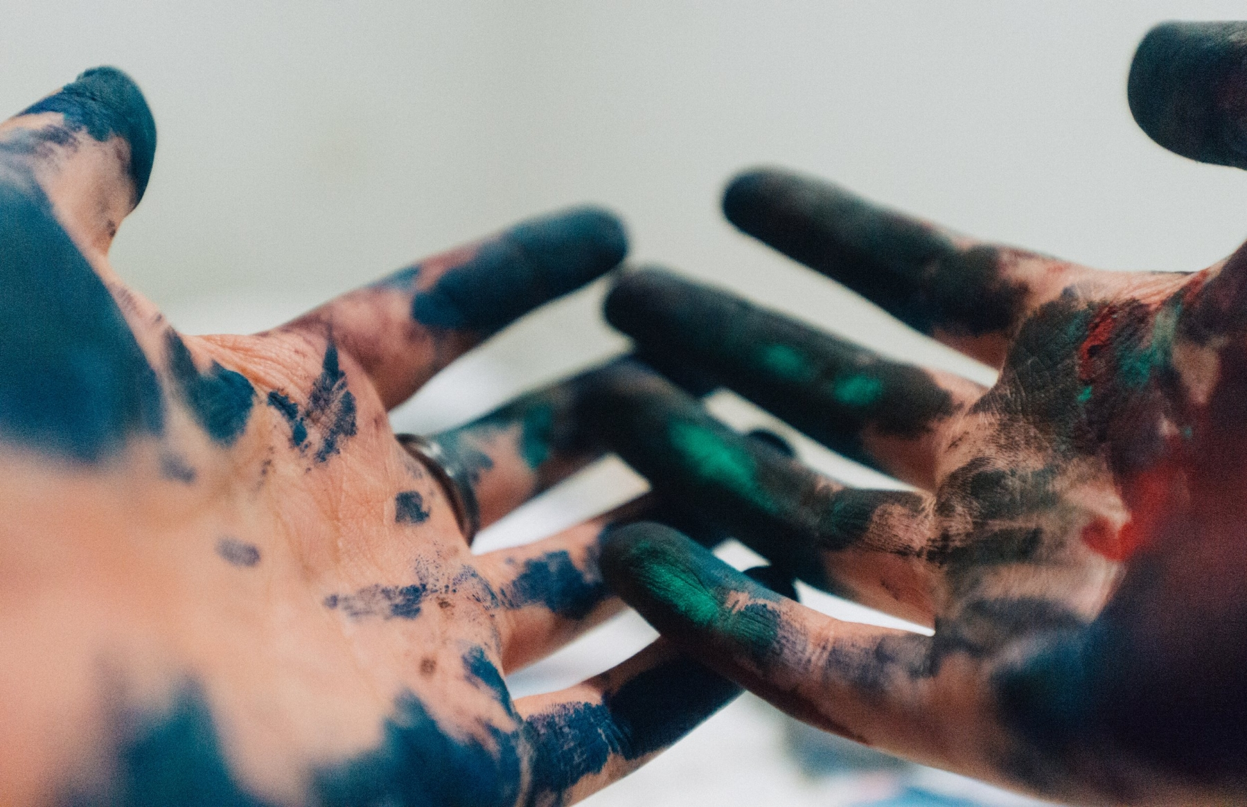 Art-therapy-Melbourne-trauma-informed-art-therapy-withMelbourne-based-psychotherapist-Amanda-Robins. Creative-therapies-for-complex-trauma.Hands with blue and green paint.