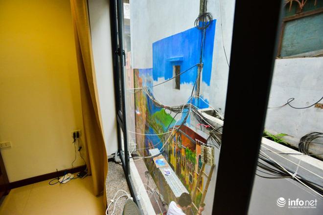 Góc nhìn từ cửa sổ tầng hai chiếu ra thẳng bức vẽ. Hình ảnh nền trời xanh, mây trắng cùng những mái nhà đơn sơ khiến view trở nên lãng mạn hơn, bình yên hơn.