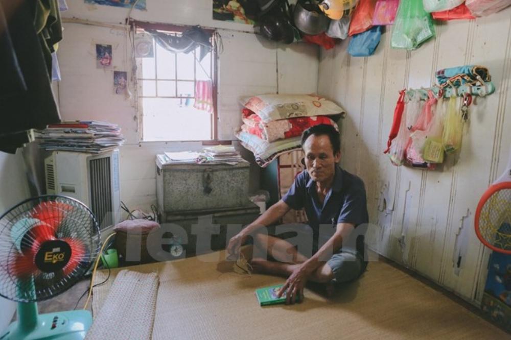 Nhiều khi hết buồng, ông Hiệp sẵn sàng nhường phòng mình cho khách ở, tất cả như người nhà với nhau. Nhiều gia đình không có tiền trả viện phí ông sẵn sàng cho vay tiền. Không ít những người quá nghèo khổ, ông dẫn về nhà cho ăn ở miễn phí. (Ảnh: Minh Sơn/Vietnam+)