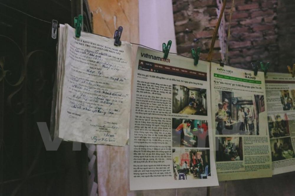 Ông Hiệp còn tự tay đi in những bài báo viết về xóm trọ đầy tình thương của mình như vừa để làm kỷ niệm vừa để cho khách đến thuê phòng tin. (Ảnh: Minh Sơn/Vietnam+)