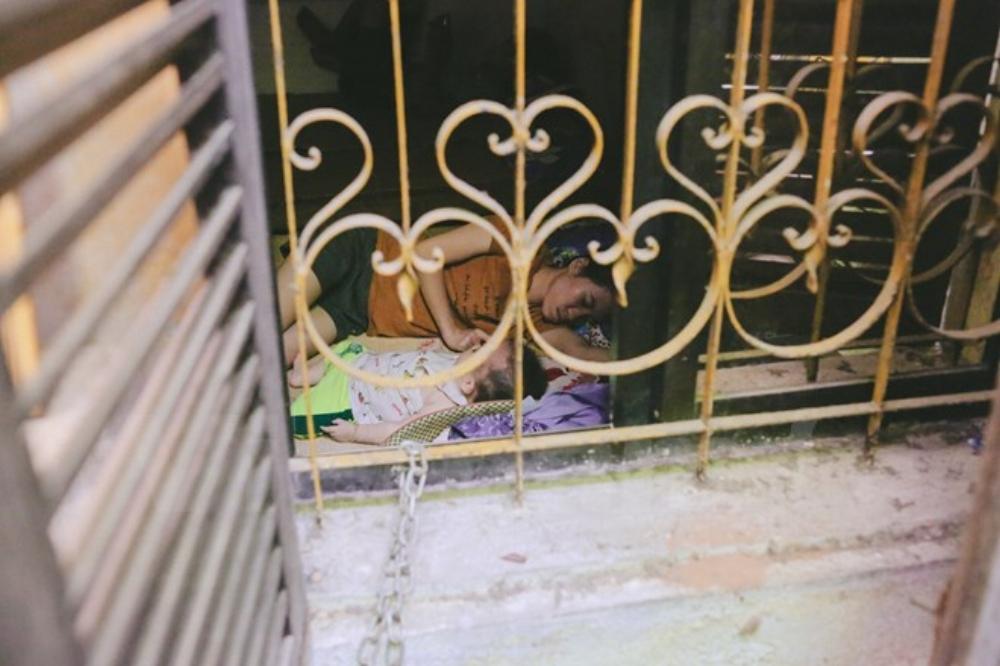 Những người mang con mình xuống viện Nhi điều trị có thể yên giấc ngủ trong khu trọ của ông Hiệp vì nơi đây vừa an toàn, ấm áp lại trần đầy tình yêu thương. (Ảnh: Minh Sơn/Vietnam+)
