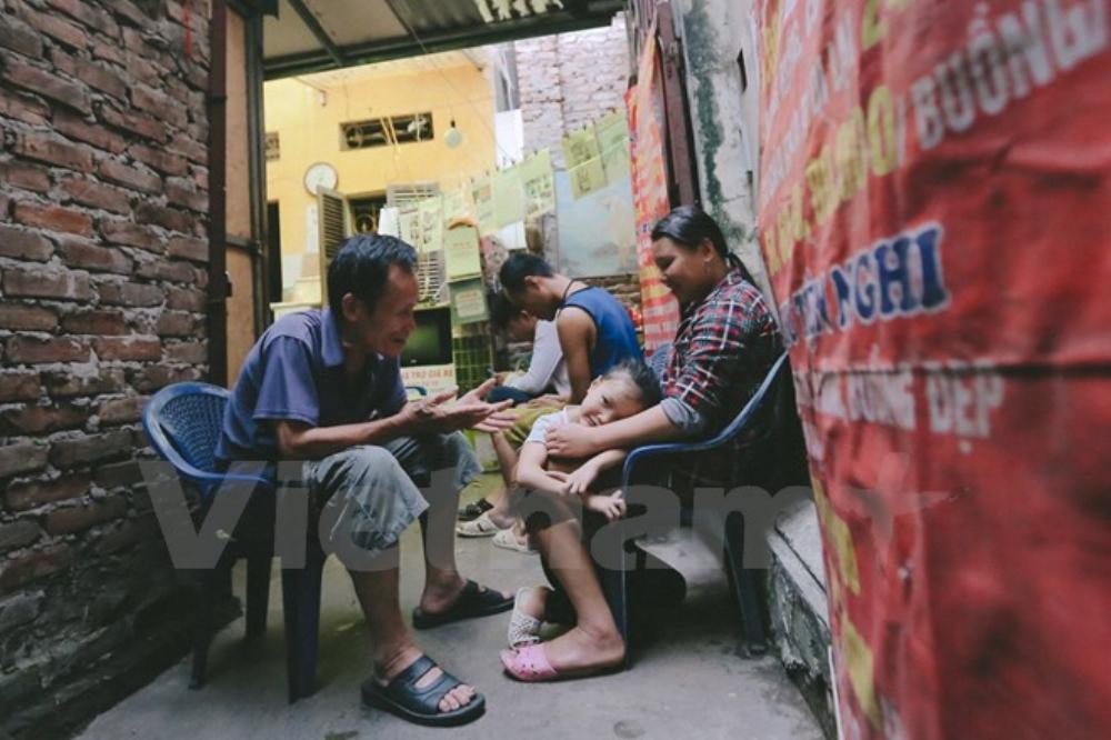 Những bệnh nhân phải chạy thận hay ung bướu còn được ông giảm giá xuống 10.000 đồng. (Ảnh: Minh Sơn/Vietnam+)