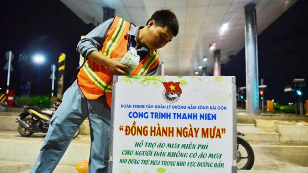 Thùng áo mưa miễn phí tại hầm sông Sài Gòn phục vụ người dân 24/24 - Ảnh: HỮU THUẬN