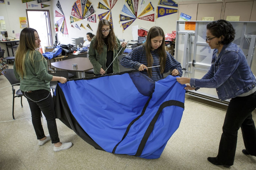 Từ trái qua phải: Kassandra Salazar, Paulina Martinez, và Paola Valtierra, đang giúp đỡ giám đốc điều hành Evelyn Gomez của DIY Girls hoàn thành một chiếc lều năng lượng Mặt Trời. Ảnh: Scott Witter/Mashable.