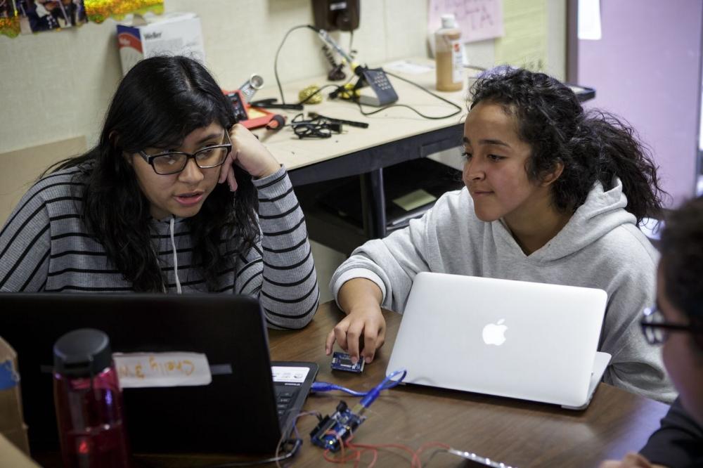 Từ trái qua: Wendy Samayoa và Prinsesa Alvarez đang thảo luận về ý tưởng mới cho dự án. Ảnh: Scott Witter/Mashable.