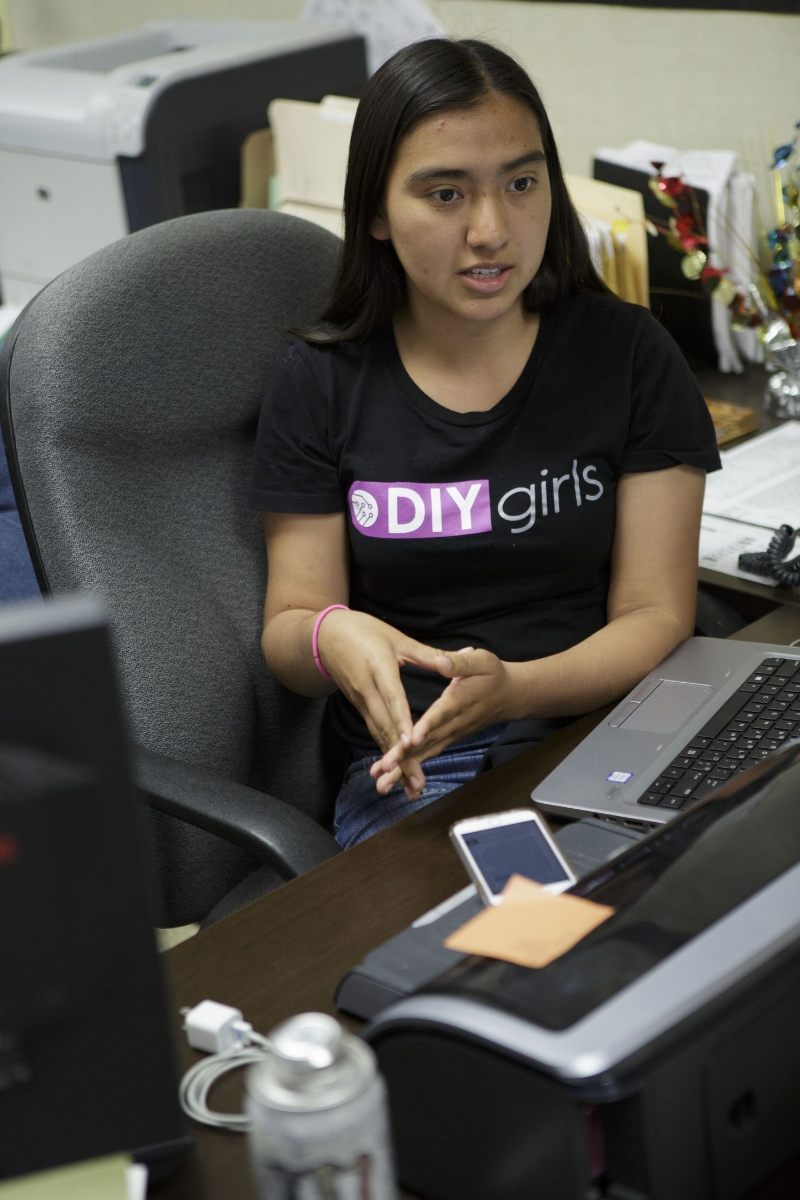 Maggie Mejia đang kể về lý do tại sao mình tham gia nhóm ý tưởng của DIY Girls. Ảnh: Scott Witter/Mashable.