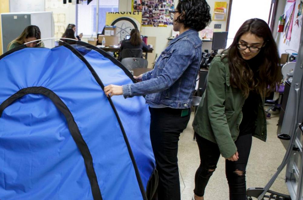 Những nữ sinh trung học nhận được 10.000 USD để tiếp tục phát triển ý tưởng của mình. Ảnh: Scott Witter/Mashable.