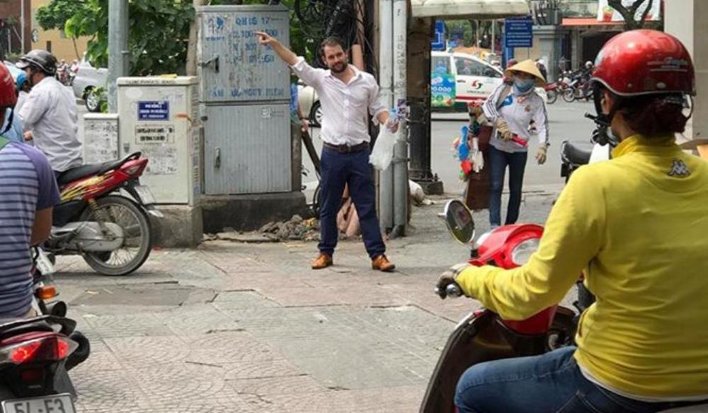 Nhiều người chứng kiến cho biết, ông Tây đã đứng chặn xe gần 4 tiếng đồng hồ vì không chấp nhận hành động leo lề của một số người tham gia giao thông